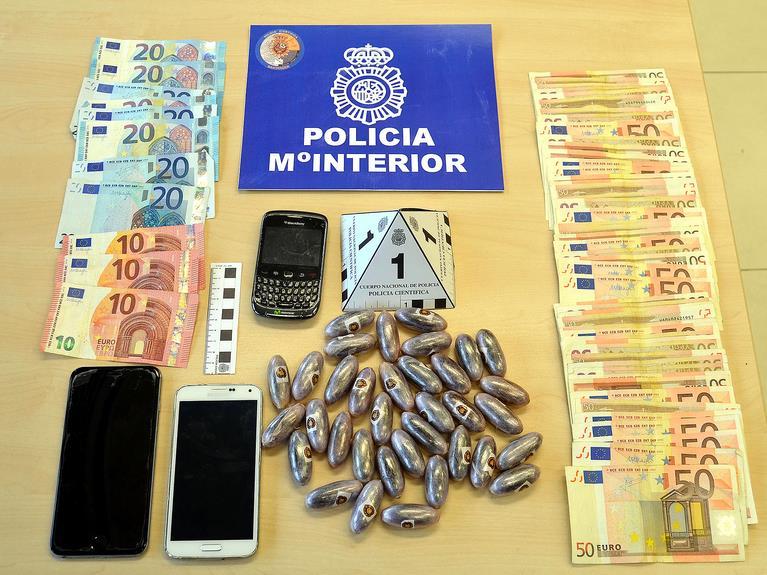 Drogas, dinero y otros objetos interceptados al detenido