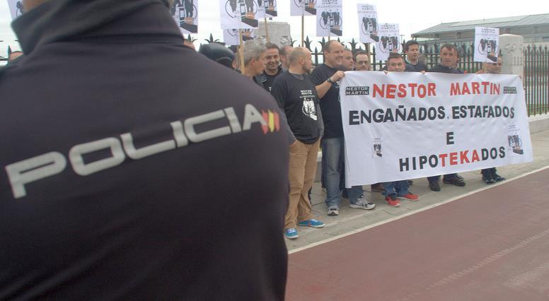 En la imagen de archivo, trabajadores de Nestor Martin se manifiestan en el exterior de un mitin del PP (16 de mayo de 2015)