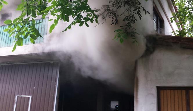 Bomberos del 112 extinguen un incendio en una vivienda en Saro