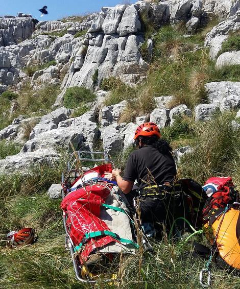 El helicóptero del Gobierno rescata a un hombre en el monte Ancillo