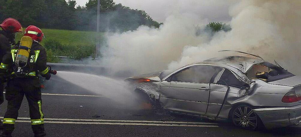 Un vehículo se incendia en la A-8 tras salirse de la vía y dar dos vueltas de campana