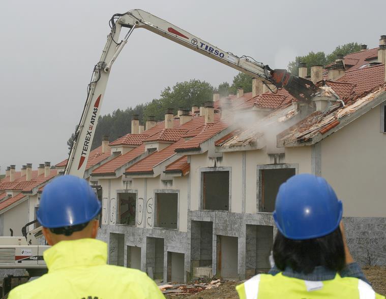 Comienza el derribo de las viviendas ilegales del Alto del Cuco / (C) CANTABRIA DIARIO
