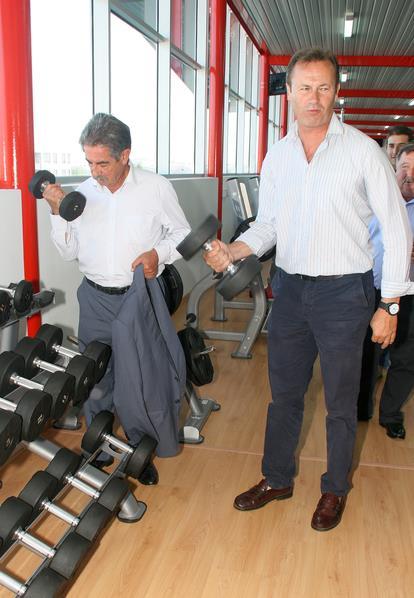 Miguel Ángel Revilla ha probado tanto las bicicletas estáticas como la cinta de correr, y también las pesas, acompañado de su Jefe de Gabinete, Guillermo Blanco. / Inaugurado el polideportivo de Requejada