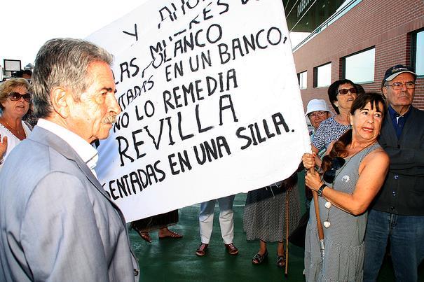 Revilla atiende a un grupo de mujeres que protestaba porque perdían la opción de realizar gimnasia de mantenimiento / Inaugurado el polideportivo de Requejada