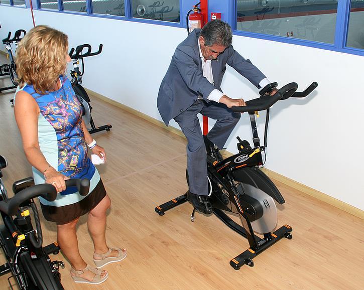 Miguel Ángel Revilla ha probado tanto las bicicletas estáticas como la cinta de correr, y también las pesas. / Inaugurado el polideportivo de Requejada