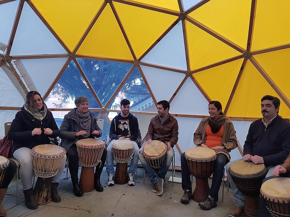 A tocar el tambor en la Lanzadera de Empleo