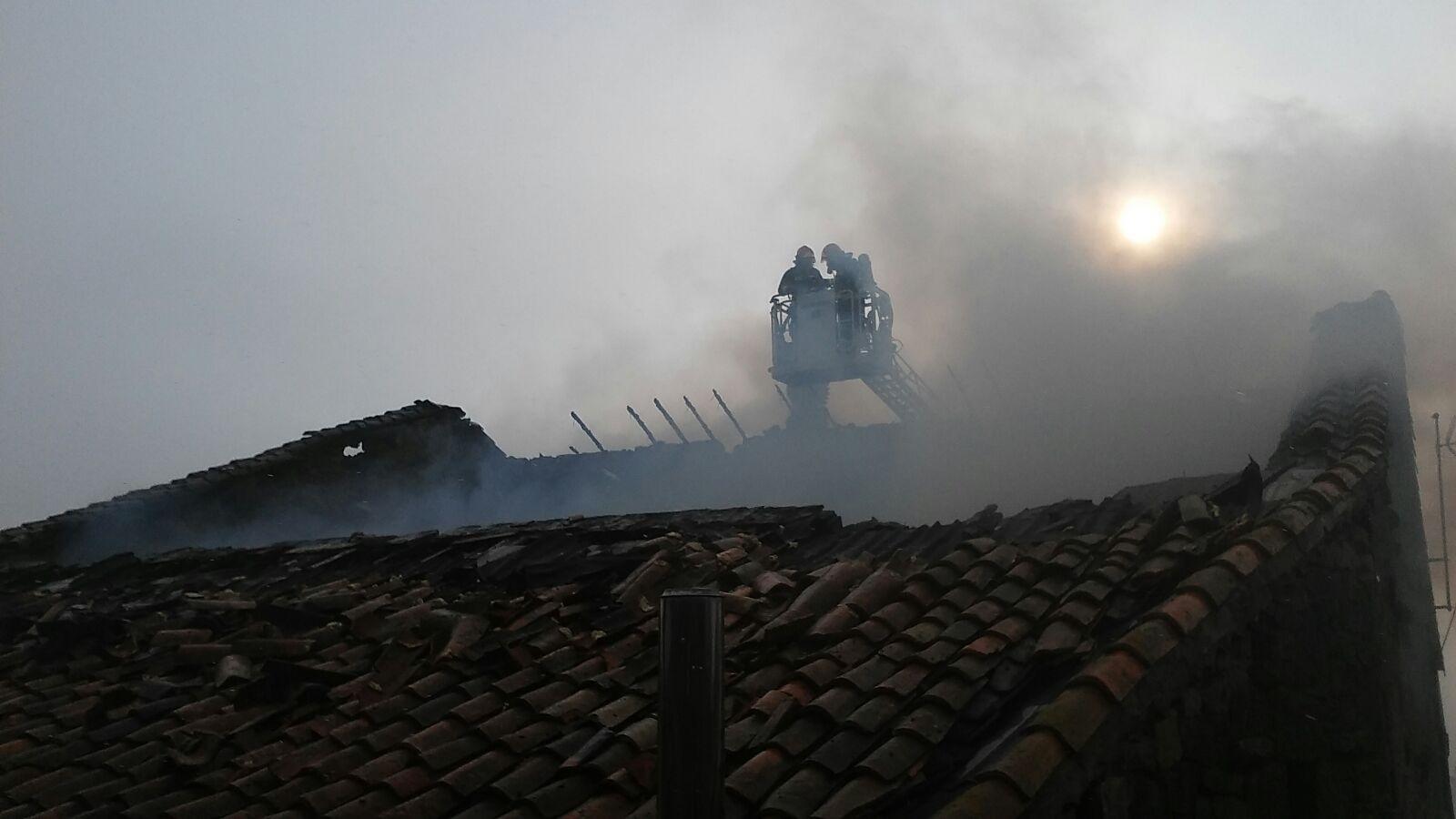 Mueren veinte cabezas de ganado en un incendio en una cuadra de Campoo de Yuso