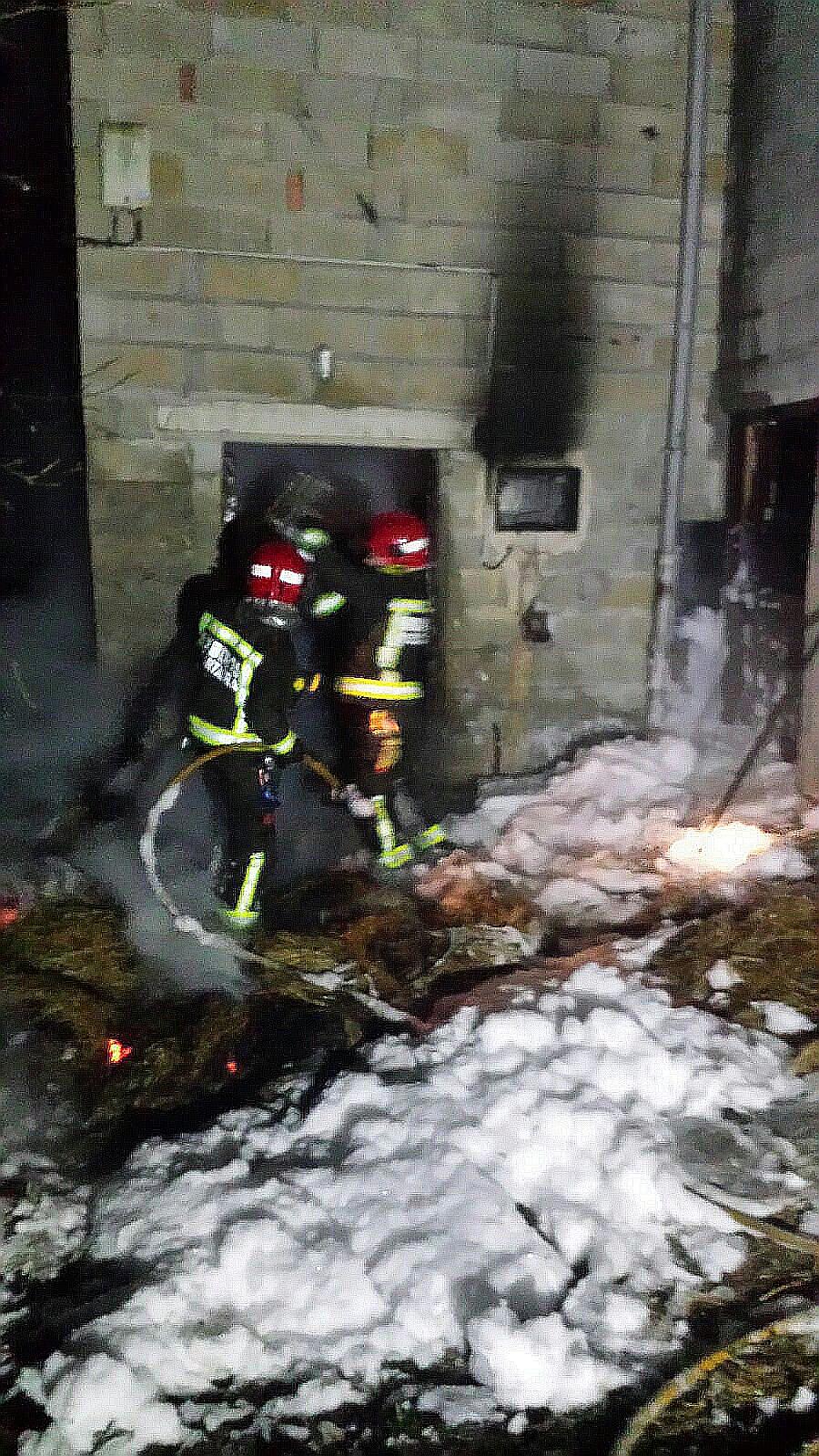 Mueren dos vacas en el incendio de un pajar en San Felices de Buelna