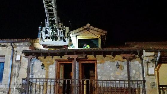 Bomberos del 112 extinguen un incendio en una vivienda de Penagos