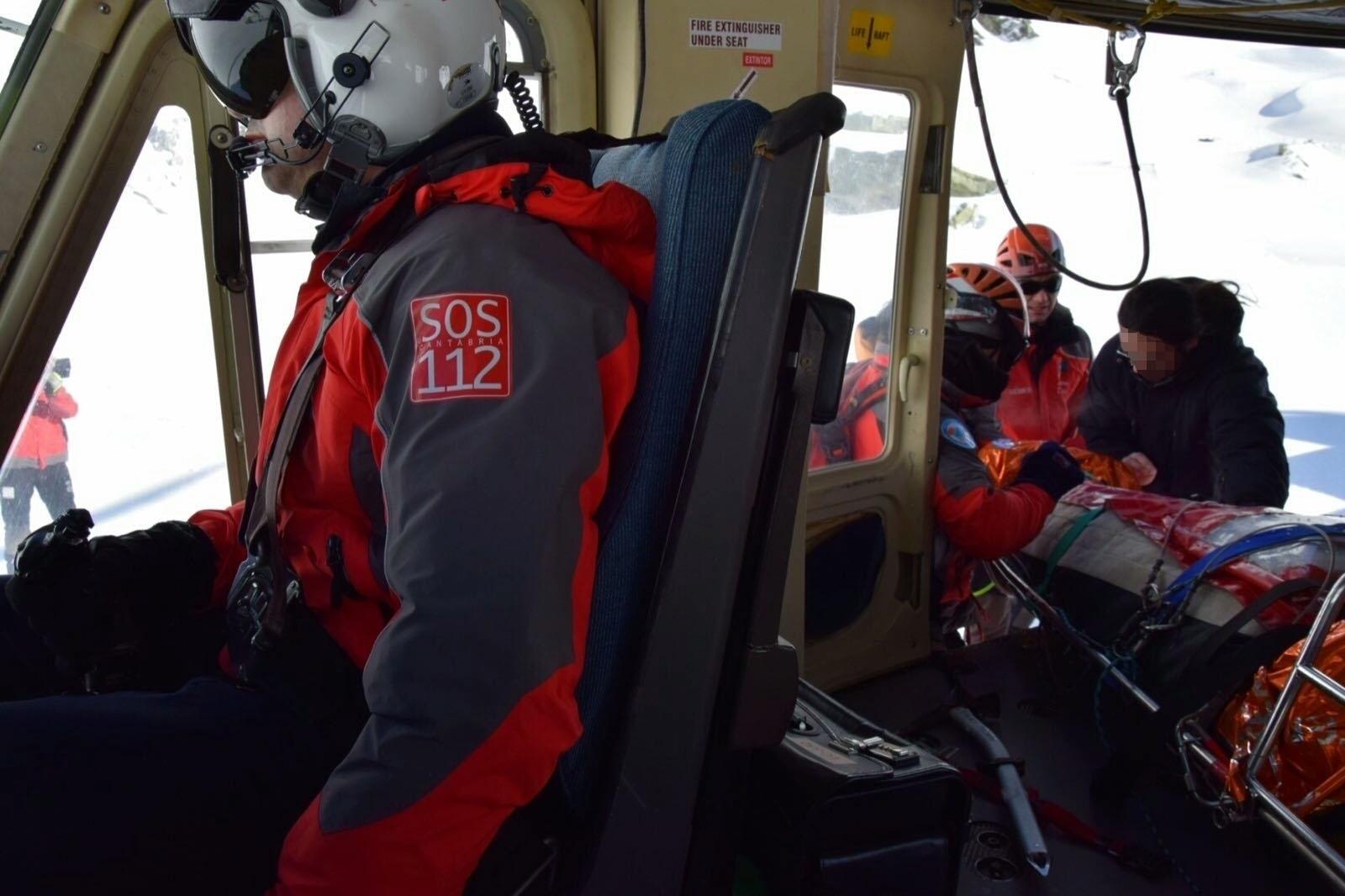 El helicóptero del Gobierno rescata a un montañero caído en el pico Bóveda