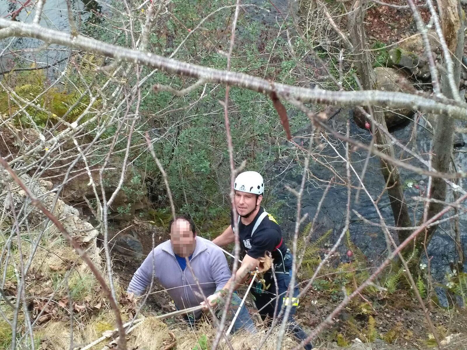 Rescatado un hombre con riesgo de caída en la cuenca del río Bullón