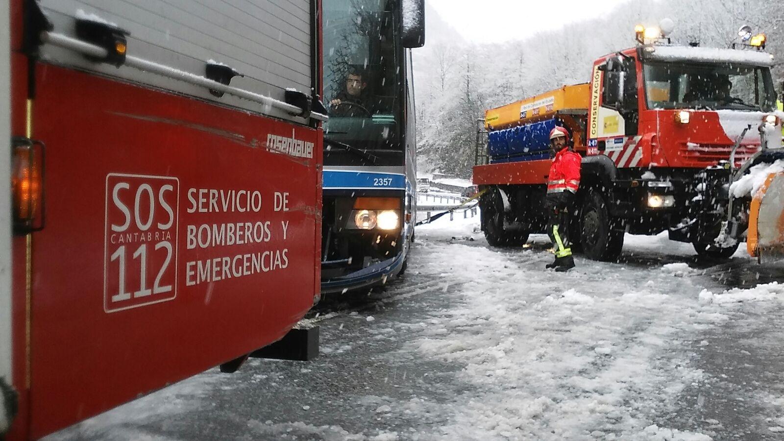 Rescatados una decena de pasajeros de un autobús en Bárcena de Pie de Concha / Foto: 112, Gobierno de Cantabria