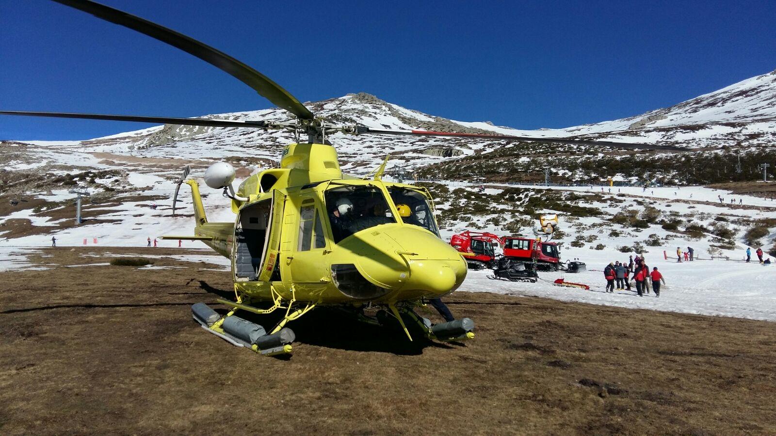El helicóptero del Gobierno evacúa a un esquiador herido en Alto Campoo