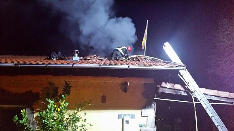 Bomberos del 112 extinguen un incendio en una vivienda de Saro