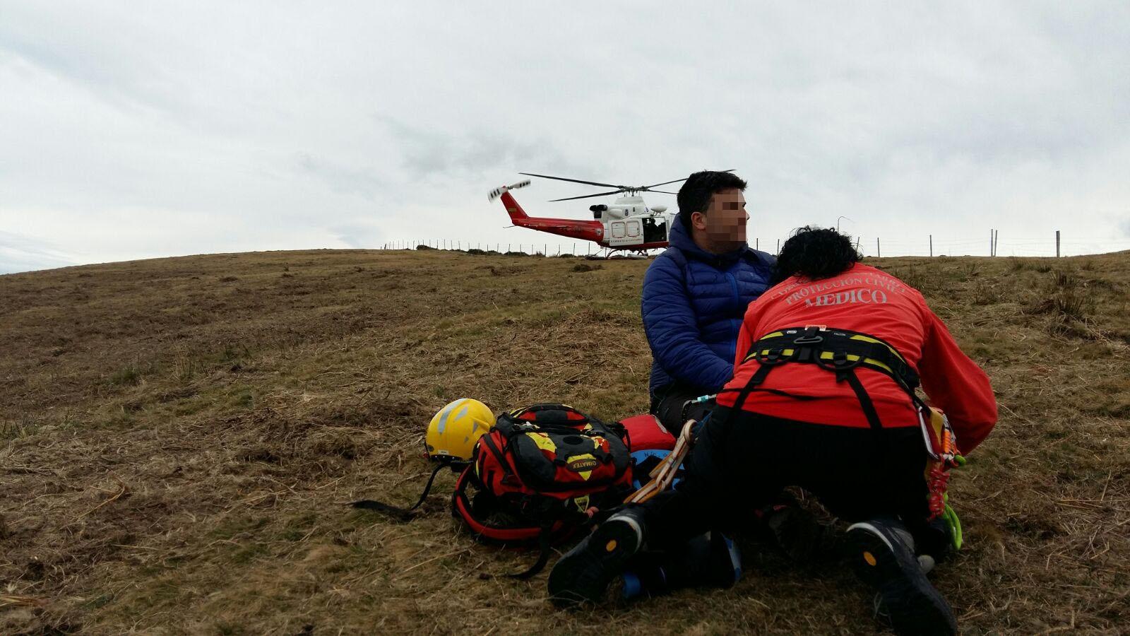 El helicóptero del Gobierno evacúa a un senderista accidentado en el alto del Toral