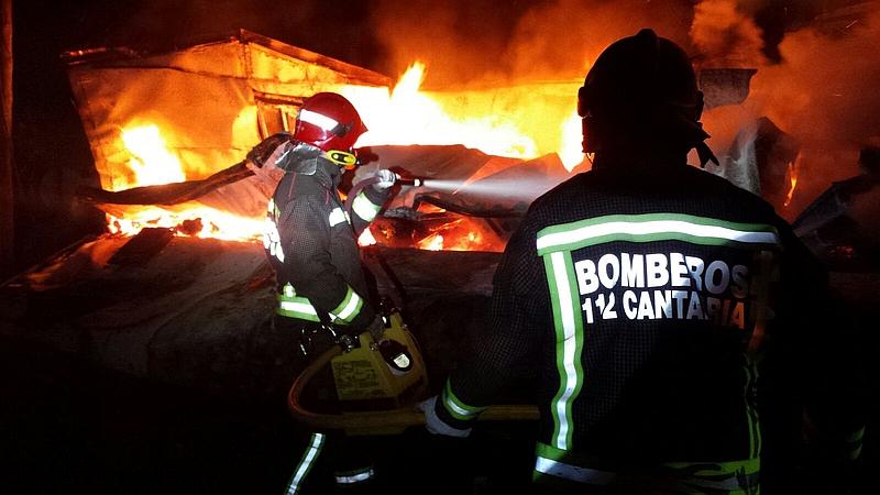 Extinguido el incendio de una vivienda prefabricada en Sarón