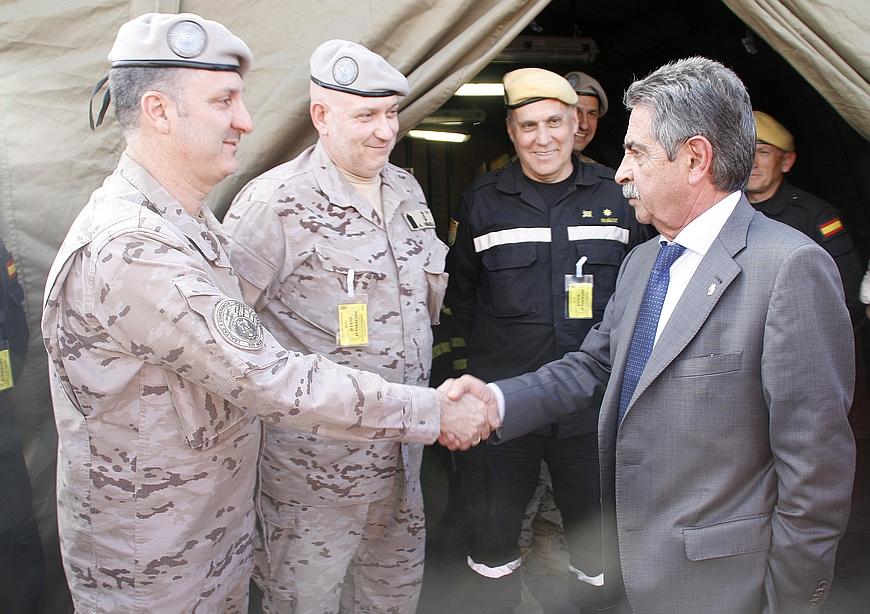 Miguel Ángel Revilla saluda a miembros de la Unidad Militar de Emergencias, Torrelavega 4 de abril de 2017 (C) ESTORRELAVEGA - David Laguillo