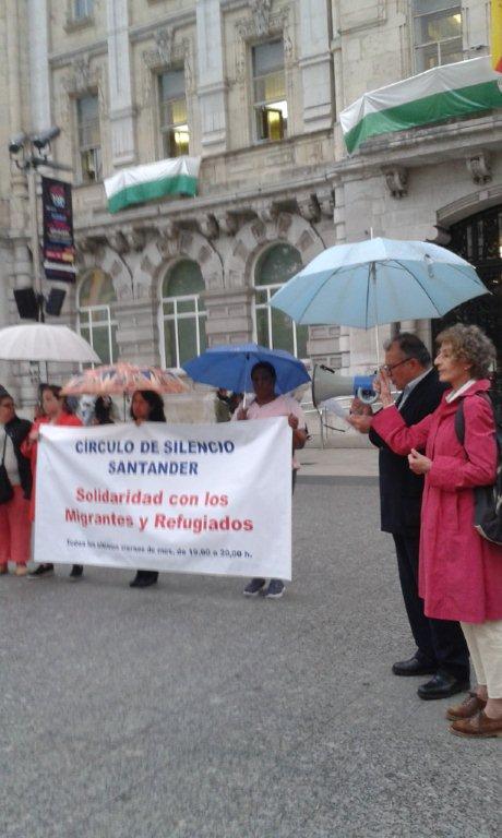 """La Plaza del Ayuntamiento acogió el """"Círculo de silencio"""", en solidaridad con los inmigrantes y refugiados"""