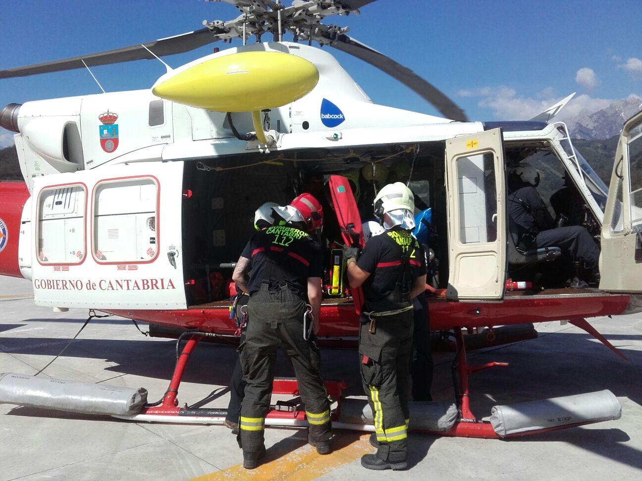 El helicóptero del Gobierno evacua a un hombre caído de un andamio en Tama