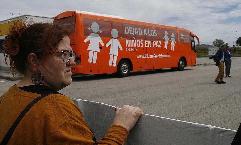 """""""¡Hazte Oír, háztelo mirar!"""": así fue recibido el autobús en su primera parada en Cantabria - Verónica Ordóñez, de Podemos, ante el autobús de Hazte Oír, 19 de mayo de 2017"""