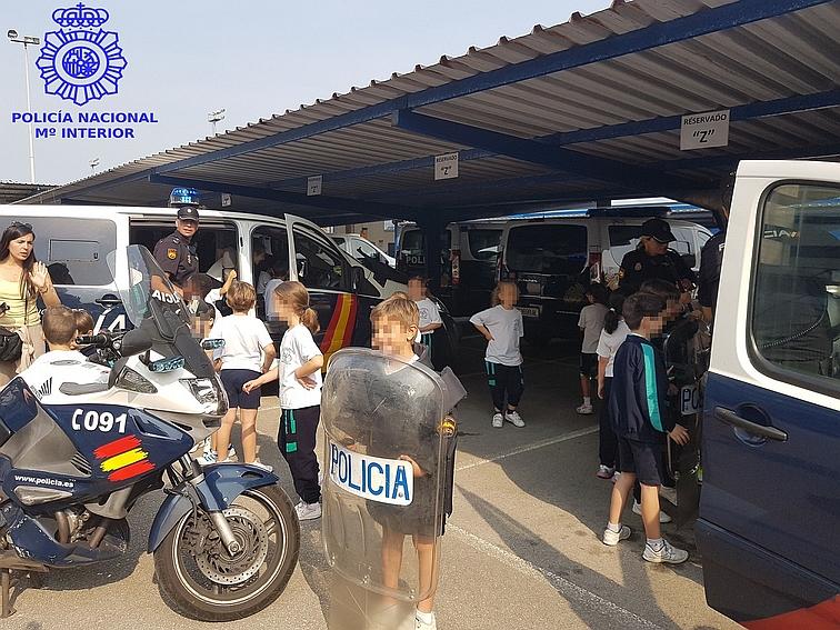 Los niños de 1º y 2º de primaria del Colegio María Reina Inmaculada de Santander visitan a la Policía