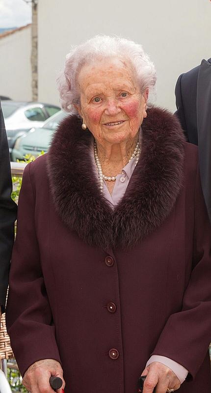 Noja felicita a su vecina 'Mena', que celebró ayer su cien cumpleaños