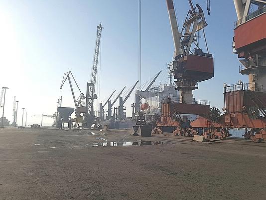 El inicio de la huelga de 48 horas de los estibadores vuelve a paralizar la actividad del Puerto de Santander