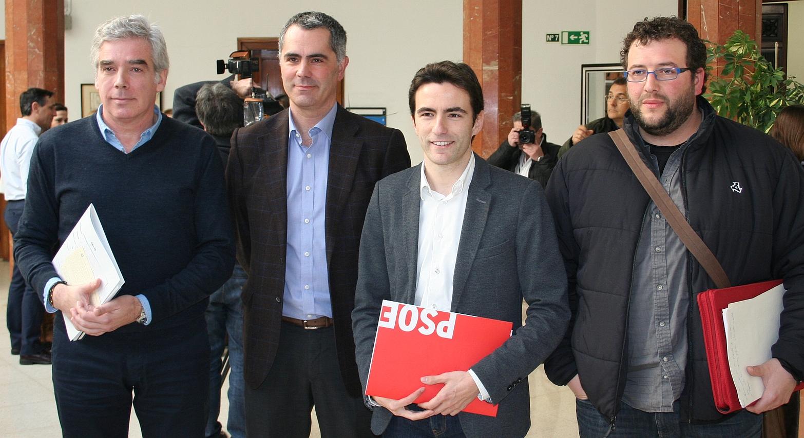 La oposición reclama el cese de César Díaz por su gestión del derrumbe del número 57 de la calle del Sol - Casares, Fuentes-Pila, Saro y Mantecón