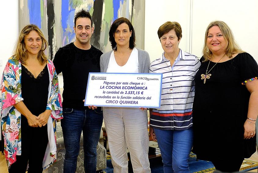 Gema Igual entrega a la Cocina Económica los 2.537 euros recaudados durante la función solidaria del Circo Quimera