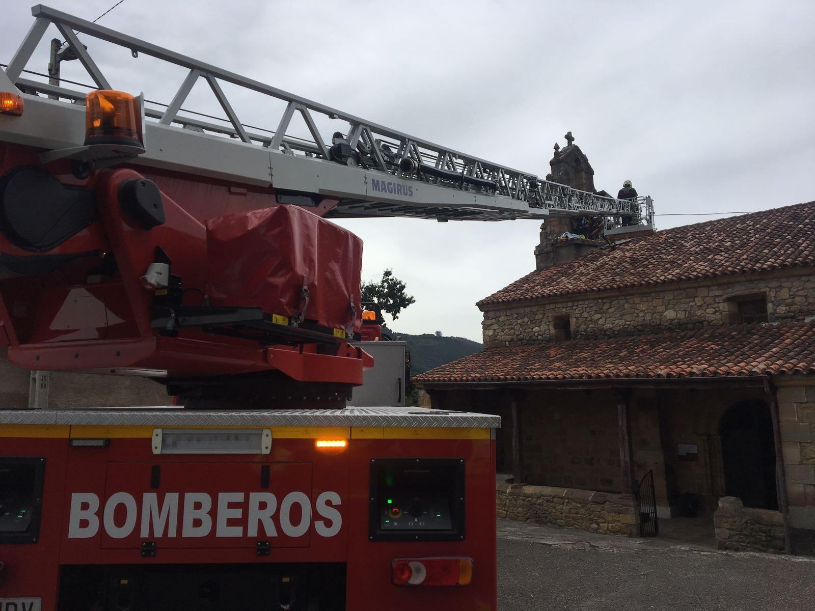 Herido un hombre por explosión de material pirotécnico en el campanario de la iglesia de Villasevil