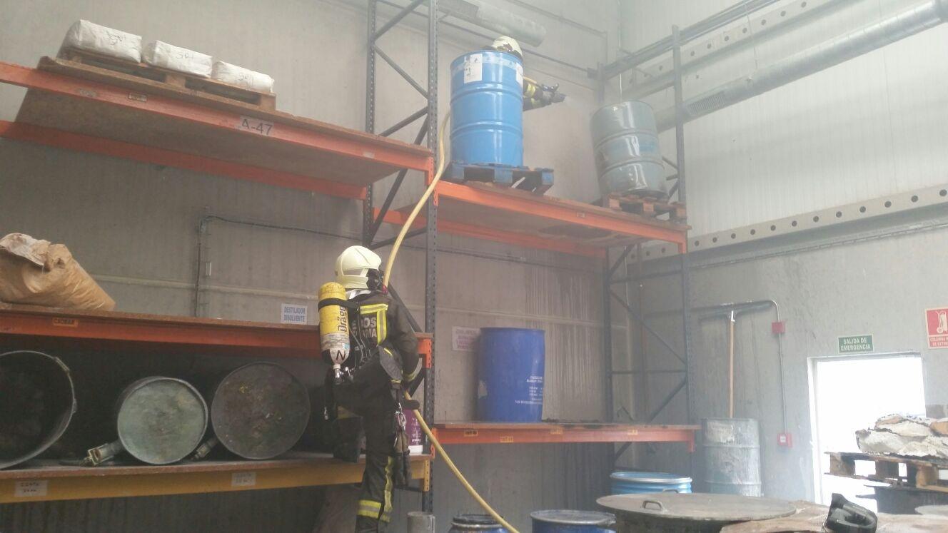 Bomberos del 112 extinguen un incendio en una nave de Pesués