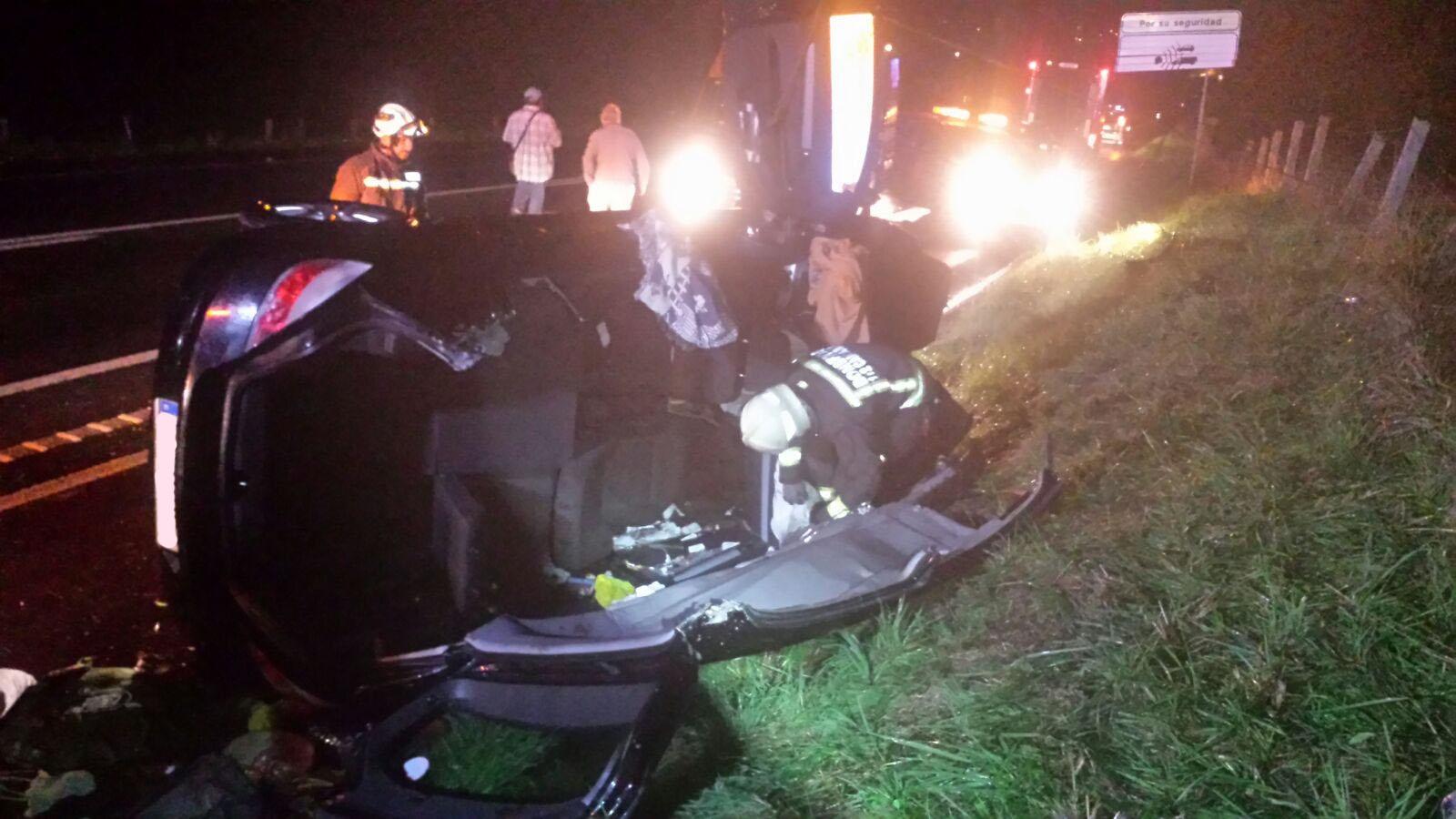 Herida una mujer tras salirse su coche de la vía entre Argoños y Escalante