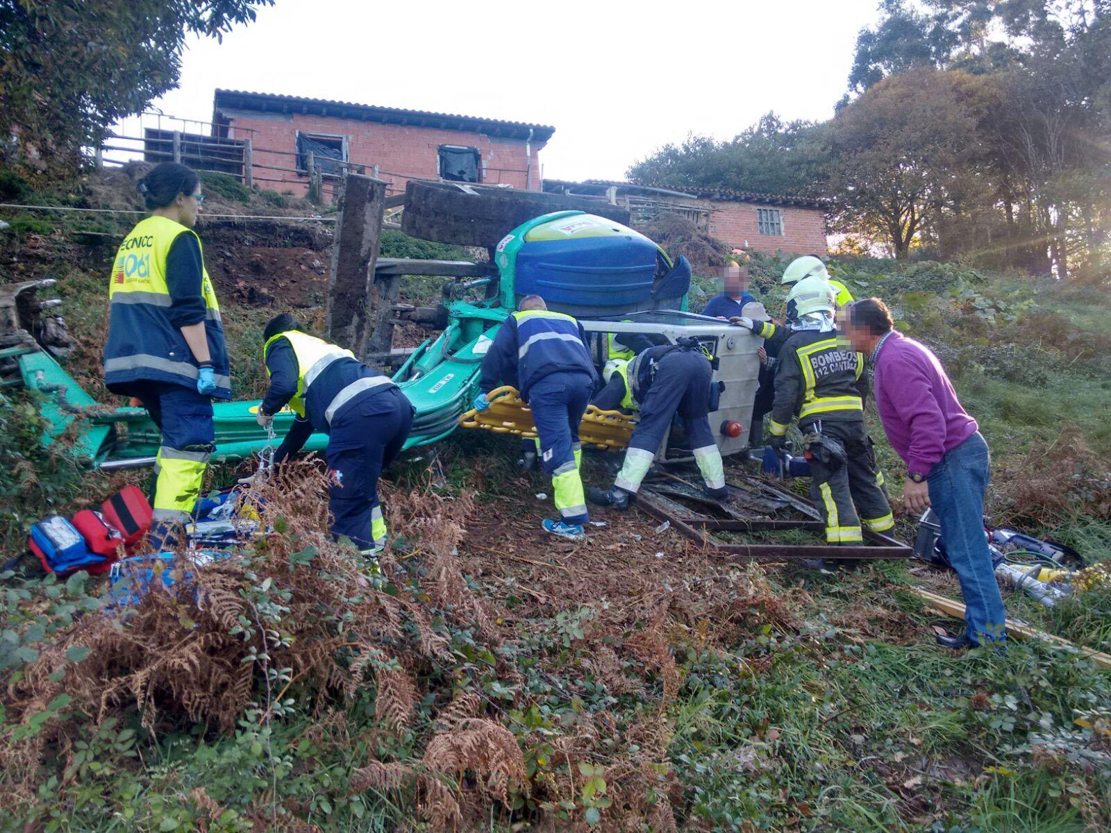 Bomberos del 112 liberan a un hombre que quedó atrapado tras volcar una excavadora