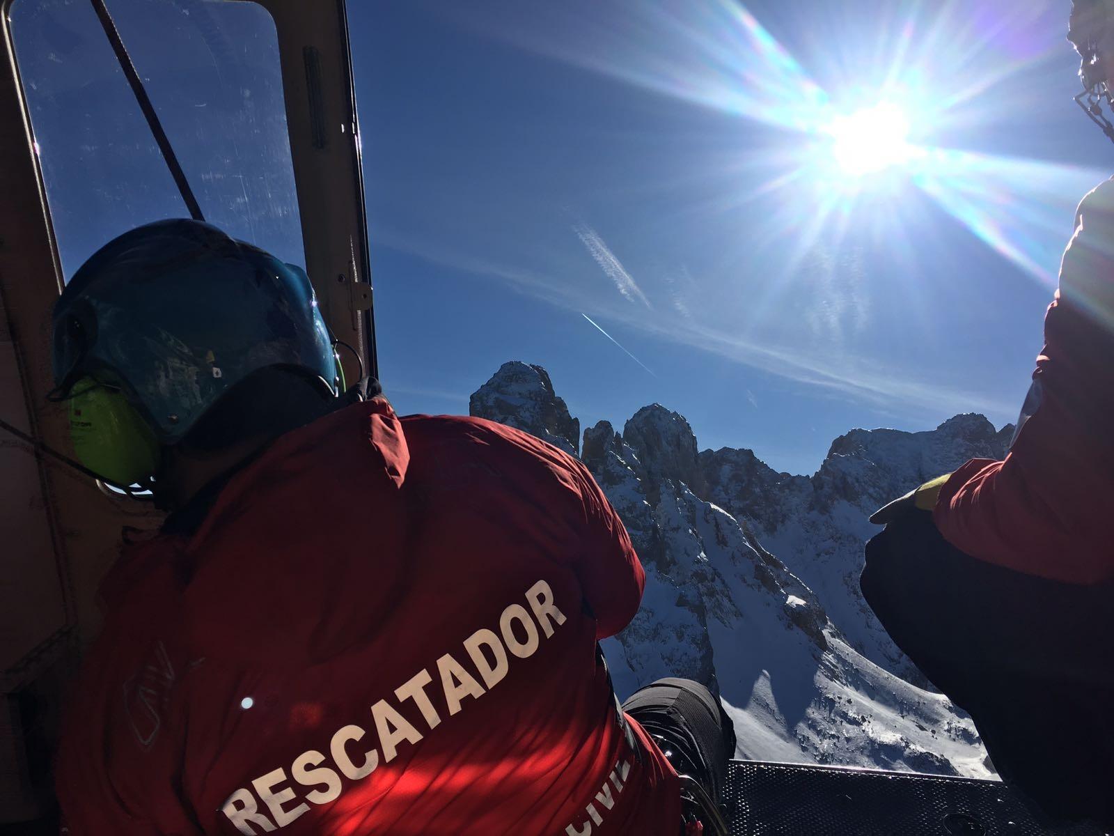 El equipo del helicóptero del Gobierno de Cantabria acude a una intervención en la peña asturiana de Castil
