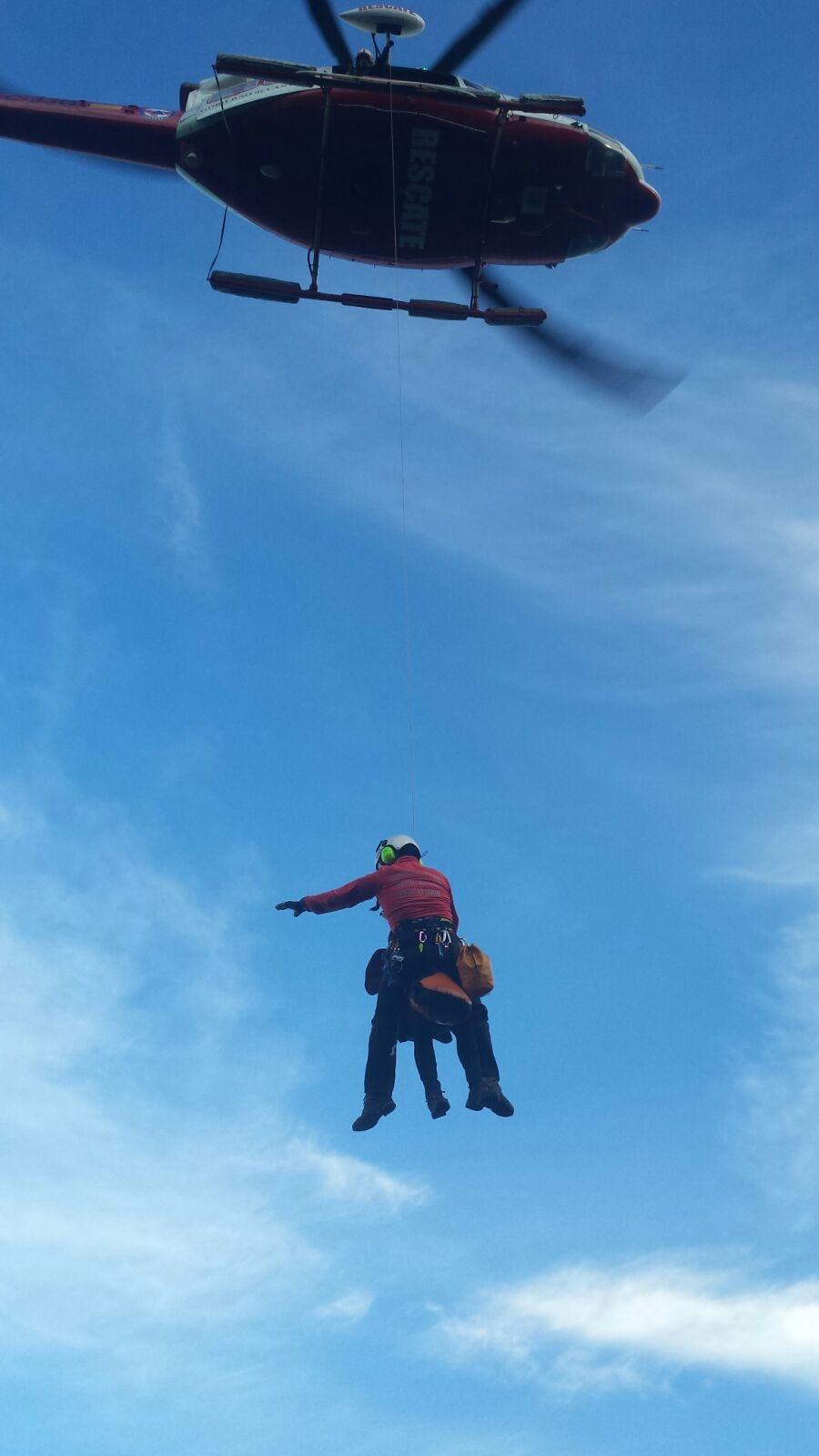 El helicóptero del Gobierno evacúa a dos senderistas del faro del Caballo