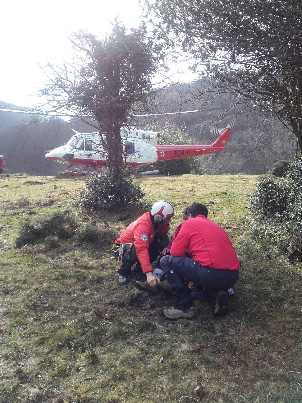 El equipo del helicóptero del Gobierno cántabro realizó 153 intervenciones y rescató a 79 personas en 2017