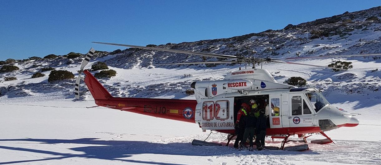 El helicóptero del Gobierno evacúa a un esquiador herido en una competición en Alto Campoo