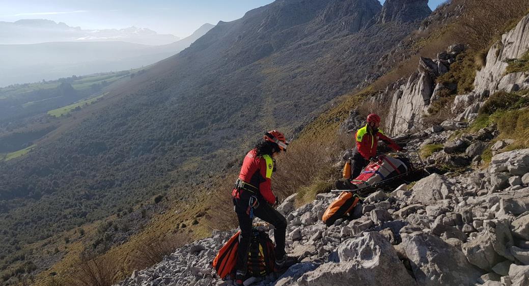 El helicóptero del Gobierno rescata a un senderista herido en Soba