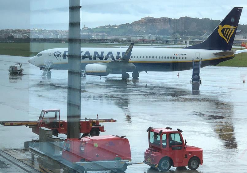 Más de un centenar de personas, atrapadas en el Aeropuerto de Santander porque al avión le cayó un rayo / Fotos: Marta Pérez Martínez