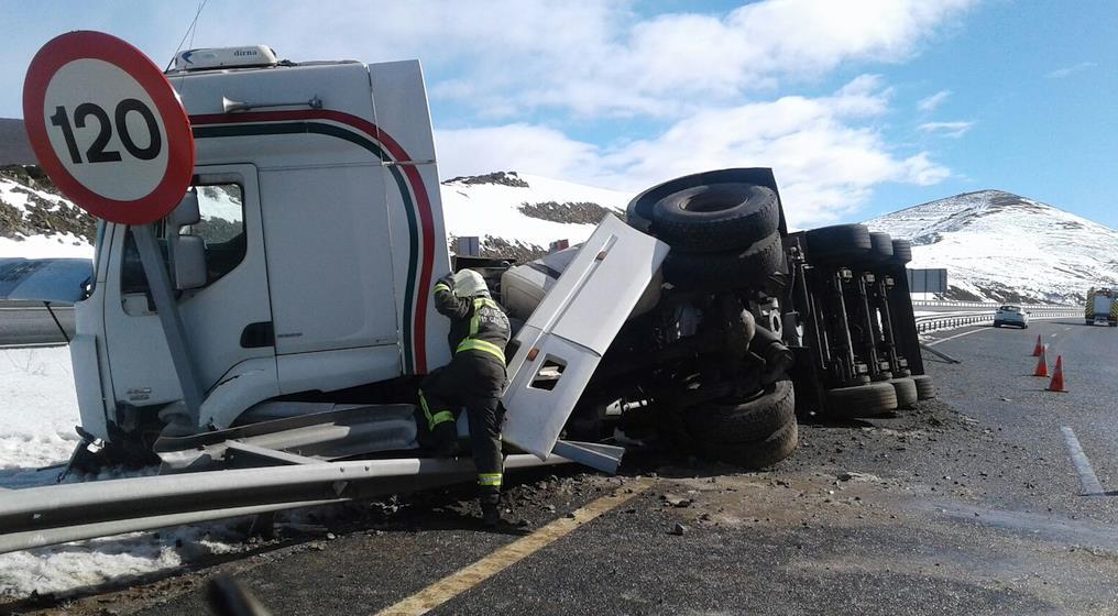 El vuelco de un camión de cemento mantiene cortada la A67 a la altura de Fombellida