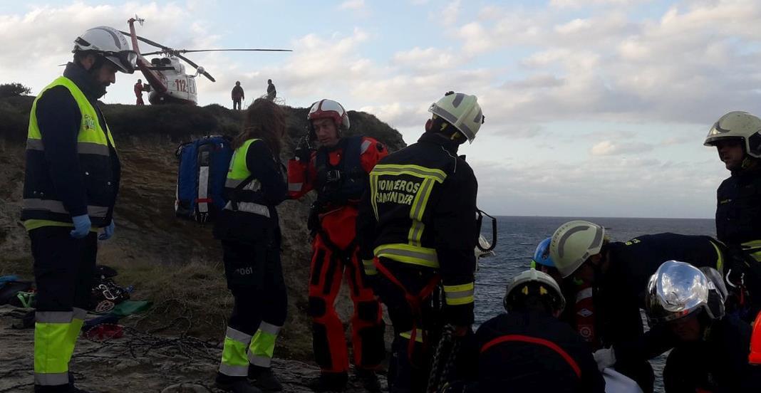 Rescatado el cuerpo de un hombre en los acantilados de Cabo Menor - Foto: 112 Cantabria