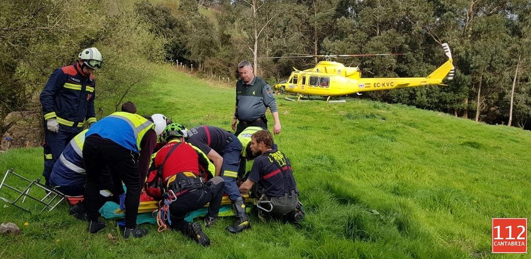 El helicóptero del Gobierno evacúa a un hombre herido tras volcar su tractor en Secadura