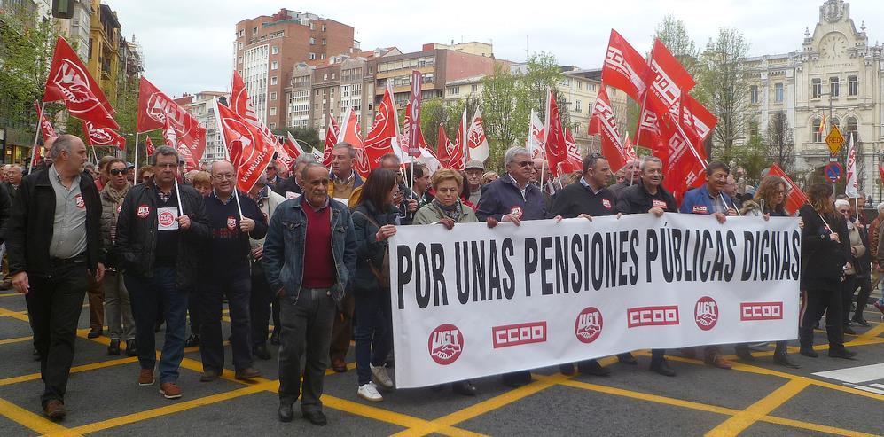 Miles de personas secundan la manifestación de UGT y CCOO por las pensiones públicas en Santander