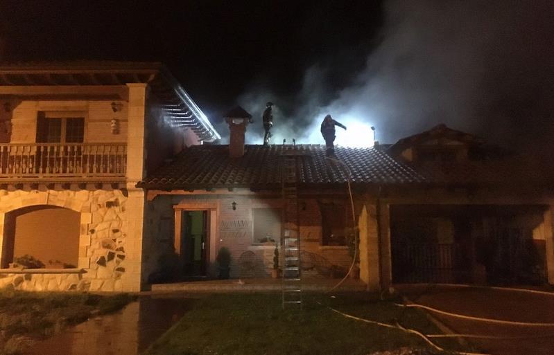 Bomberos del 112 extinguen un incendio en una vivienda de Arenas de Iguña