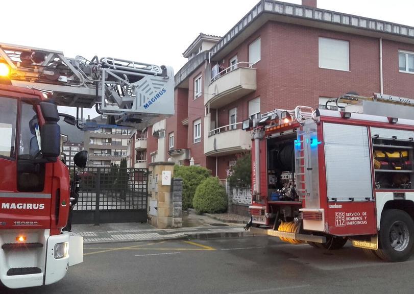 Bomberos del 112 extinguen un incendio en una vivienda de Los Corrales de Buelna
