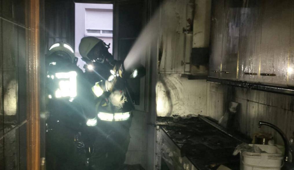Bomberos del 112 extinguieron un incendio en una vivienda de Santoña