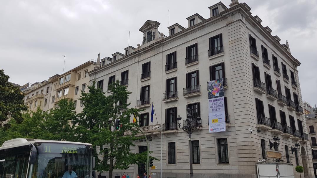 La Delegación del Gobierno despliega en su fachada una pancarta con el lema 'Por unas fiestas libres de agresiones sexistas'
