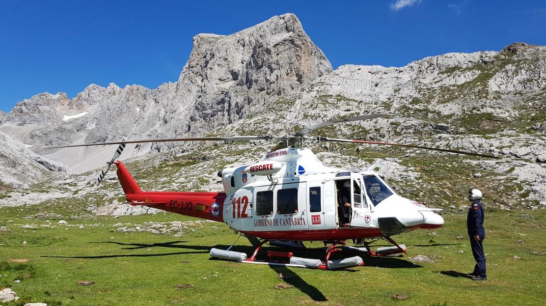 El helicóptero del Gobierno rescata a dos escaladores en Picos de Europa