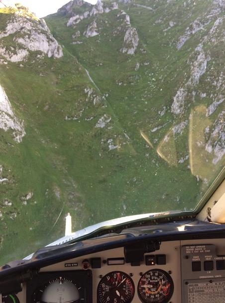 El helicóptero del Gobierno rescata a dos senderistas de una zona peligrosa cercana a Tresviso