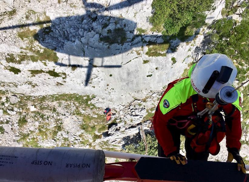 El helicóptero del Gobierno rescata a una senderista perdida en una zona de montaña de Liendo